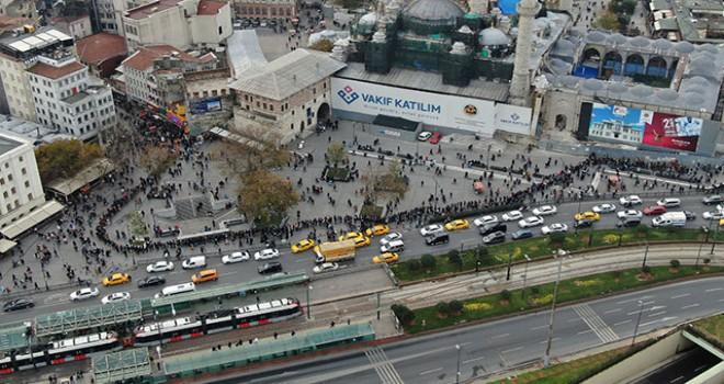 Eminönü'nde yüzlerce metrelik 'umut kuyruğu' havadan görüntülendi