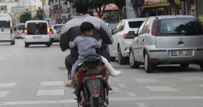 Bacağı kırık oğlunu böyle taşıdı