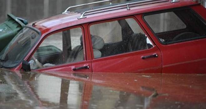 Bursa'da sel; evleri su bastı, araçlar mahsur kaldı!