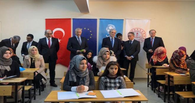 AB Komiseri: Mültecilere güvenli gelecek için Türkiye ile birlikte çalışmalıyız