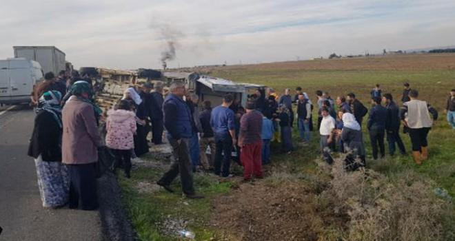 Düğün konvoyunda tekeri patlayan minibüs devrildi: 4 yaralı