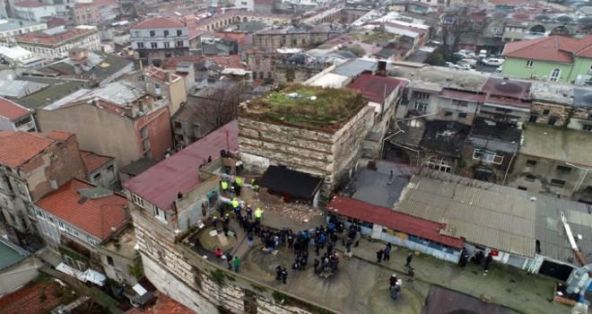Sağır Han'ın üzerindeki kaçak yapılar yıkıldı
