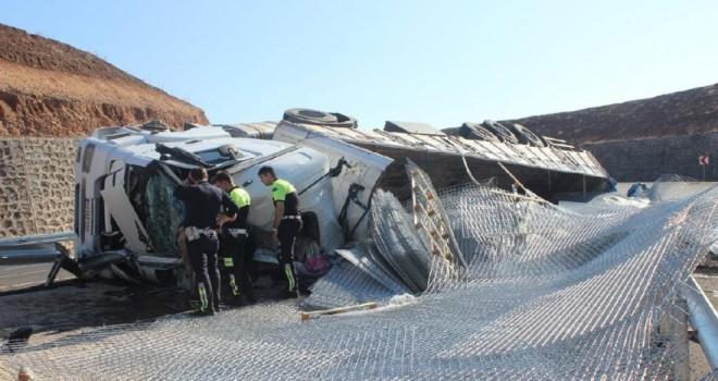 Silopi'de demir yüklü kamyon devrildi: 1 ölü,...