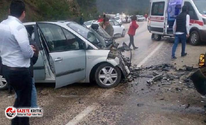 Bursa'da 2 otomobil kafa kafaya çarpıştı:...