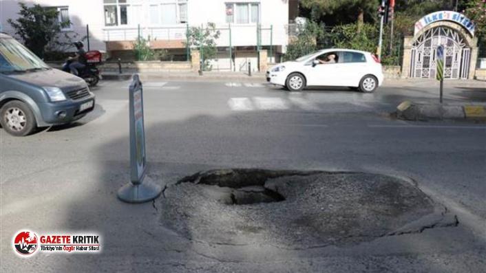 Üsküdar'da yol çöktü