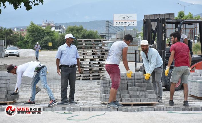 Edremit Belediyesi parke taşı döşeme çalışmalarını sürdürüyor