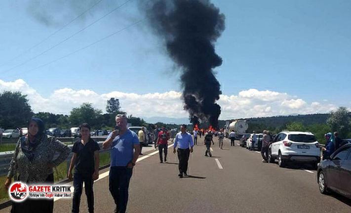 TEM'de çarpışan 3 araç alev alev yandı; yol trafiğe kapandı