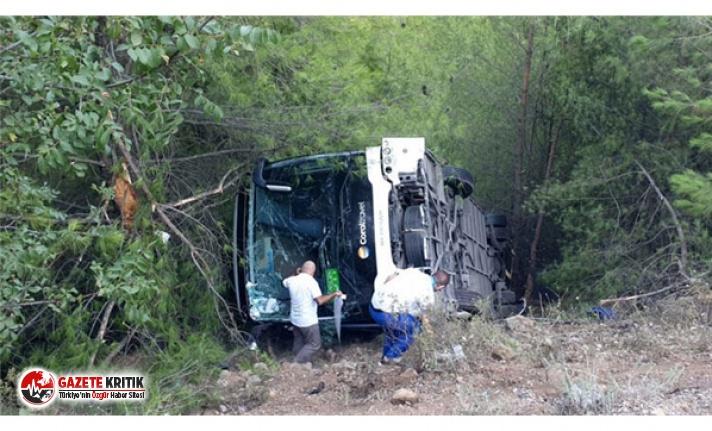 Kemer'de tur otobüsü şarampole yuvarlandı