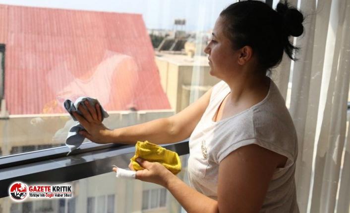 5 kez sildiği camı beğenmeyip kendisini kovan ev sahibini şikayet etti: 'Onurumu kırdı'