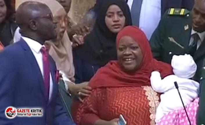 Kenya'da Ulusal Meclis'e bebeğiyle gelen milletvekili,...
