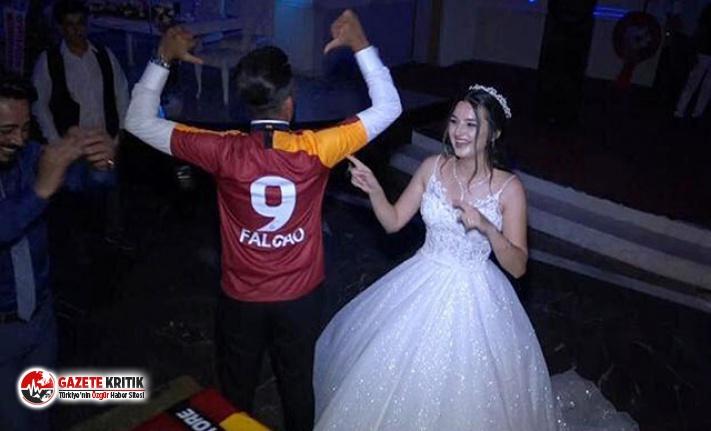 Düğünde Falcao forması giyen damat ve gelinden...