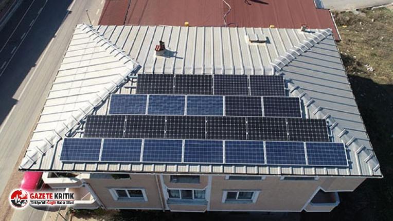 Evinin çatısına kurduğu güneş panelleriyle elektrik üretip, satıyor