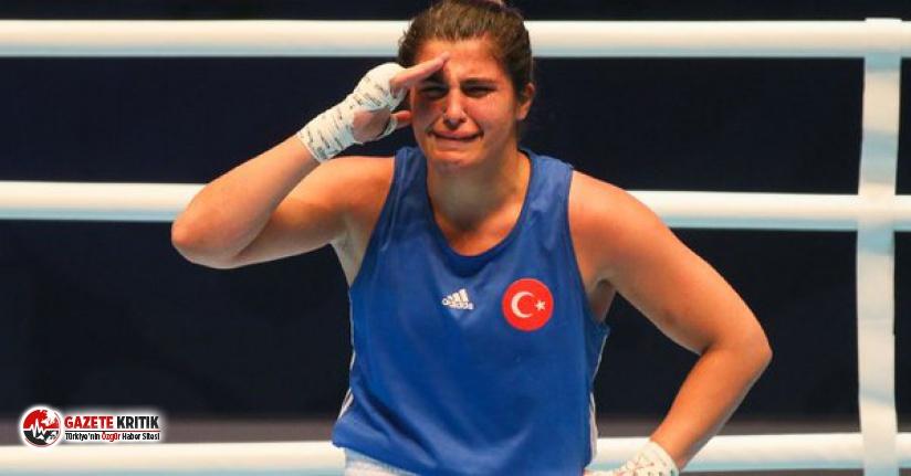 Dünya Boks Şampiyonu olan Busenaz Sürmeneli, asker selamı verirken gözyaşlarını tutamadı