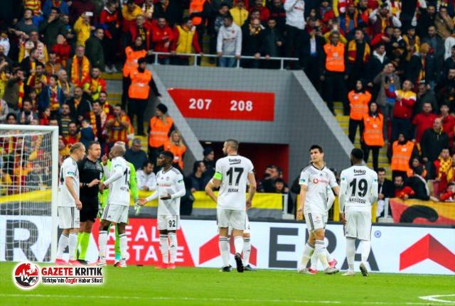 Beşiktaş taraftarı, hakem kararlarına tepki gösterdi!