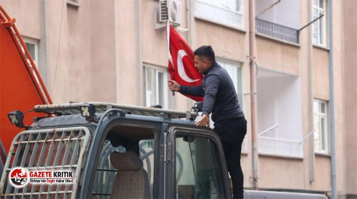 Koştu, aldı!  Elazığ'da yıkım öncesi operatörün bayrak hassasiyeti