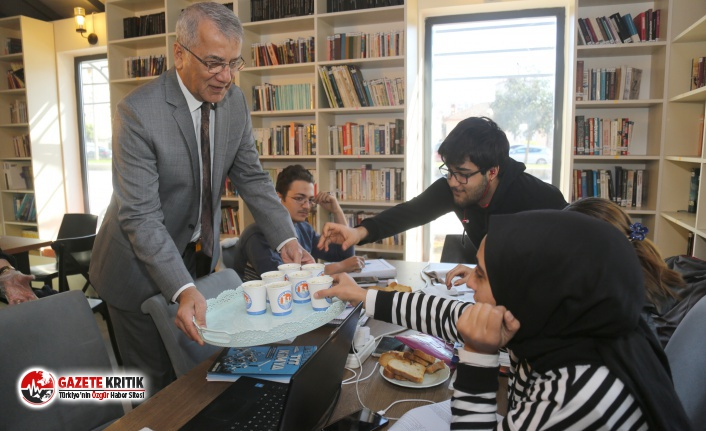 Mezitli Belediye Başkanı Neşet Tarhan öğrencilere çorba servisi yaptı