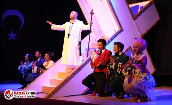 ''Tartuffe'' özgün yorumu ile Bandırma seyircisinden tam not aldı