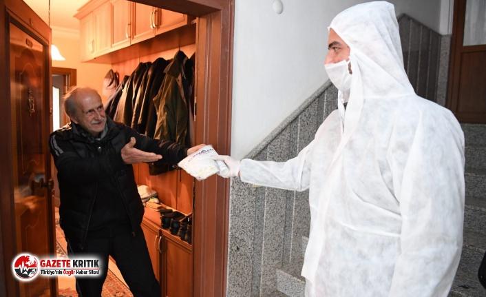 Konyaaltı Belediyesi vatandaşa maske, eldiven ve dezenfekte dağıtıyor