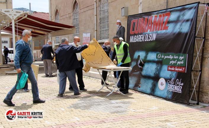 Burdur Belediyesi Vatandaşlara Tek Kullanımlık Seccade Dağıttı