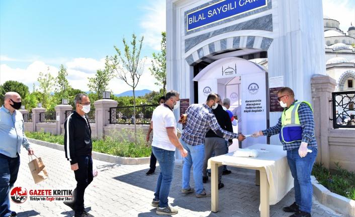İlk Cuma'da maske ve seccadeler Bornova Belediyesi'nden