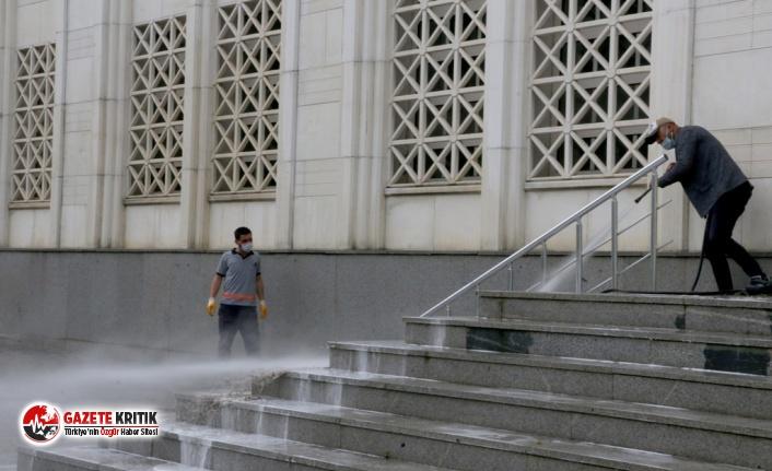 Kartal Belediyesi Salgın Sonrası Kılınacak İlk Cuma Namazı İçin Cami Avlularını Yıkadı