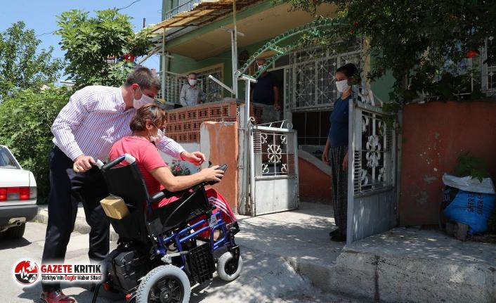 Başkan Ercengiz'den engelli vatandaşa akülü sandalye hediyesi