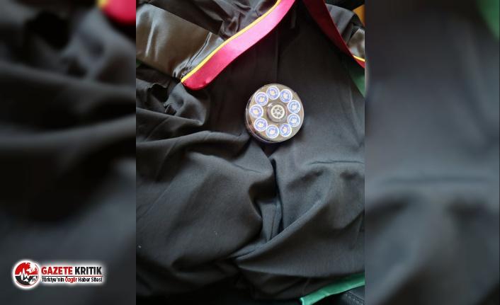 CHP'li milletvekilleri çoklu baro isteyen AKP ve MHP'lilere cüppe ve düğme hediye etti!