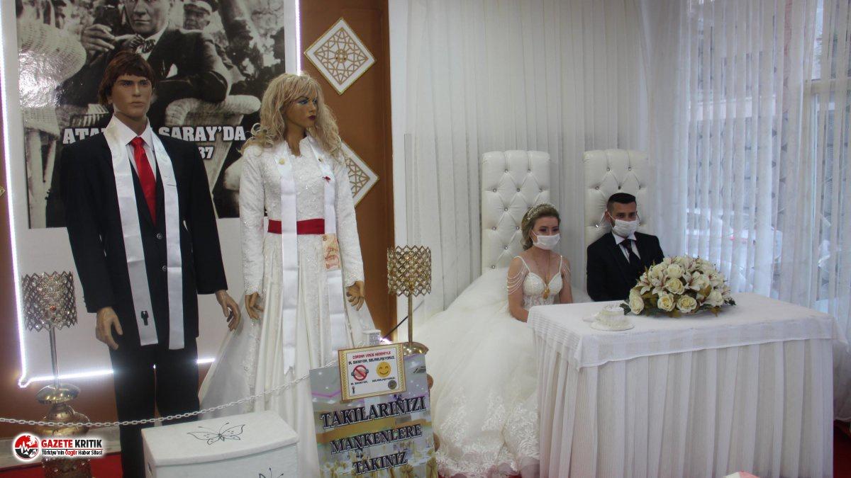 Düğünde koronavirüs tedbiri: Takılar cansız mankenlere takıldı