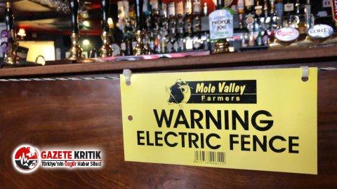 Müşteriler sosyal mesafeye dikkat etmeyince bara elektrikli çit çekti!