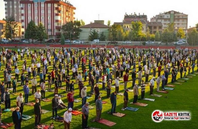 Toplu Bayram namazına katılan AKP'li başkan,...