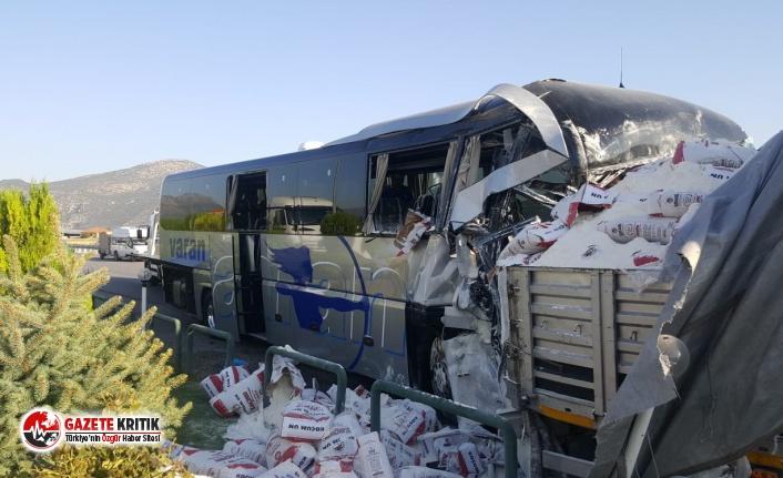 Burdur'da feci kaza! Yolcu otobüsü park halindeki...