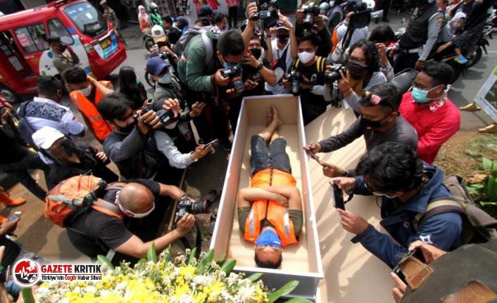 Endonezya'da maske takmayanlara sıra dışı cezalar
