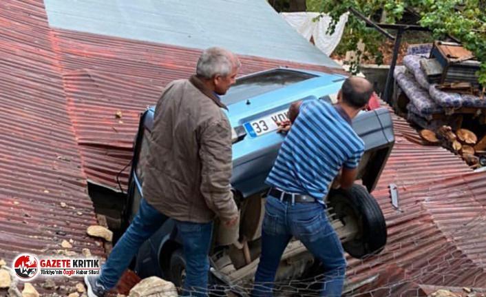 Kontrolden çıkan otomobil evin çatısına düştü!