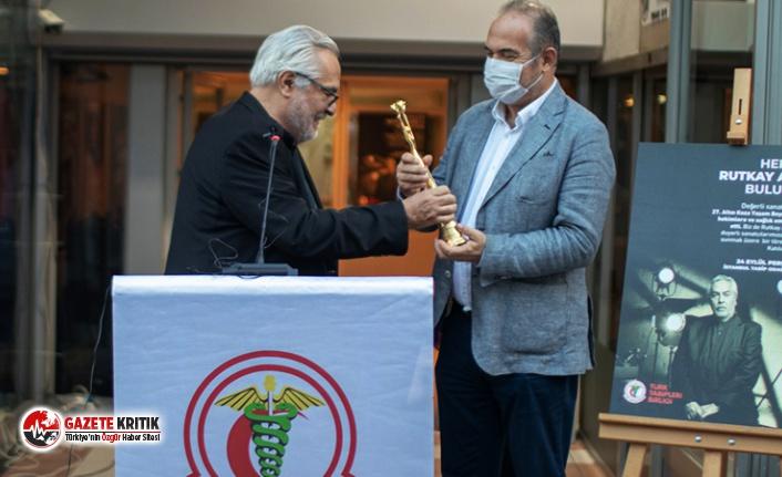 Rutkay Aziz, Altın Koza Film Festivali'nde aldığı ödülü Türk Tabipleri Birliği'ne teslim etti