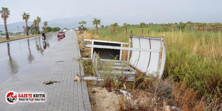 Antalya'da şiddetli fırtına nedeniyle devrilen durağın altında kalan kadın, yaşamını yitirdi