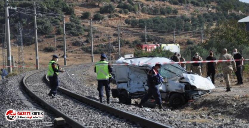 Hemzemin geçitte tren hafif ticari araca çarptı;...