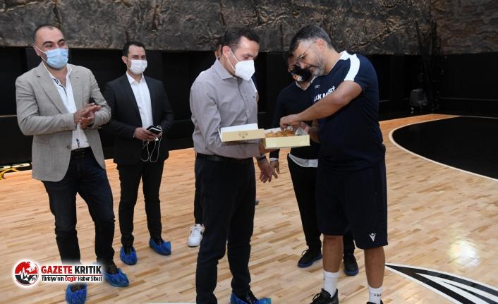 Başkan Abdullah Özyiğit'ten oyunculara tatlı...