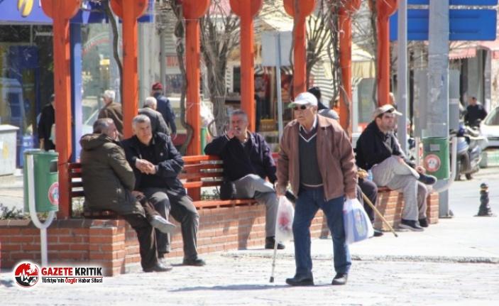 Uşak'ta 65 yaş üstü yurttaşların sokağa çıkması...