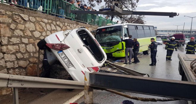 Halk otobüsü ile otomobil çarpıştı: 3 yaralı
