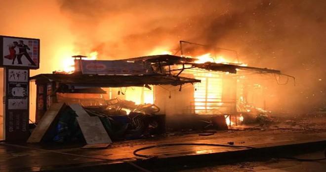 Çarşıdaki 30 iş yerini yaktı, serbest kaldı