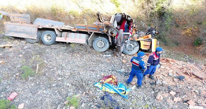 Sinop'ta kamyon şarampole yuvarlandı: 2 ölü, 1...