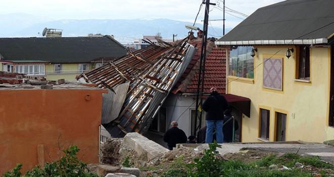 İzmit'te kuvvetli rüzgarda binanın çatısı uçtu