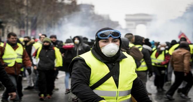 Fransa'dan sarı yeleklilere karşı biber gazı silahı...