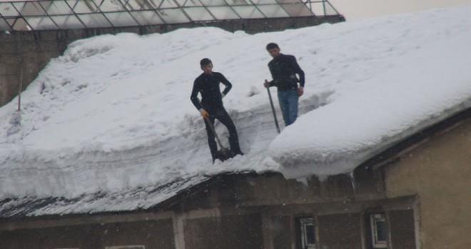 Çatılarda biriken kar, ekmek kapıları oldu