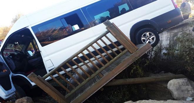 Seyir terasından uçan minibüsün altında kalan...
