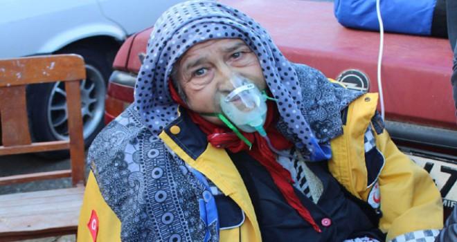 Evinde yangın çıkan yaşlı kadını, komşuları...