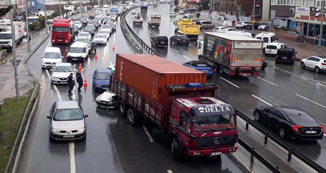 Büyükçekmece'de zincirleme kaza: 2 yaralı