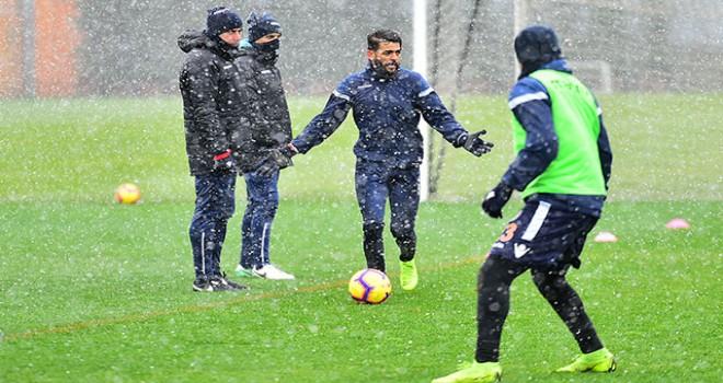 Medipol Başakşehir kar yağışı altında çalıştı