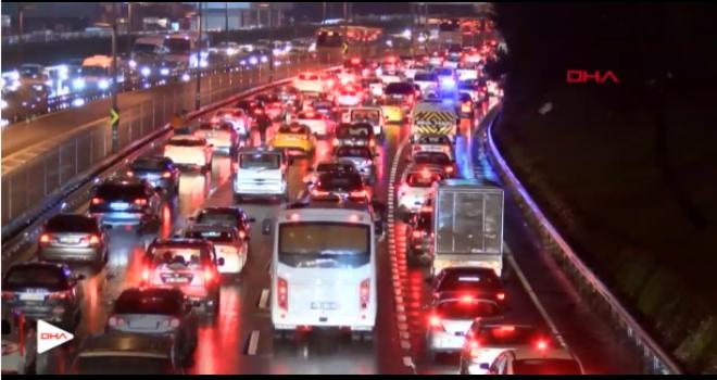 İstanbul trafiğinde cuma ve yağmur yoğunluğu