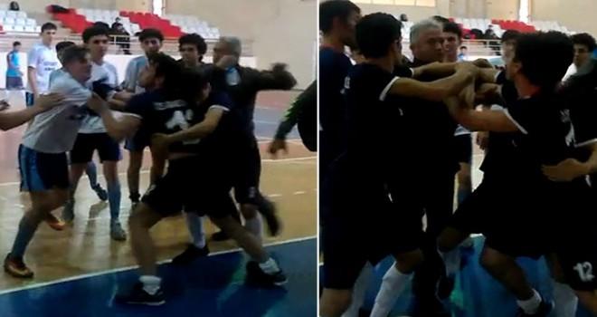 Liseliler maçta tekme-tokat birbirlerine girdi